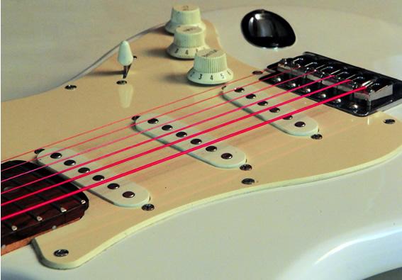 ブラックライトに反応する蛍光塗料がコーティングされたエレキギター弦